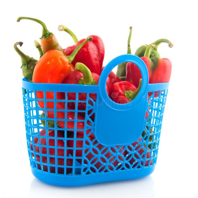 Saco de compra azul com vegetais imagens de stock
