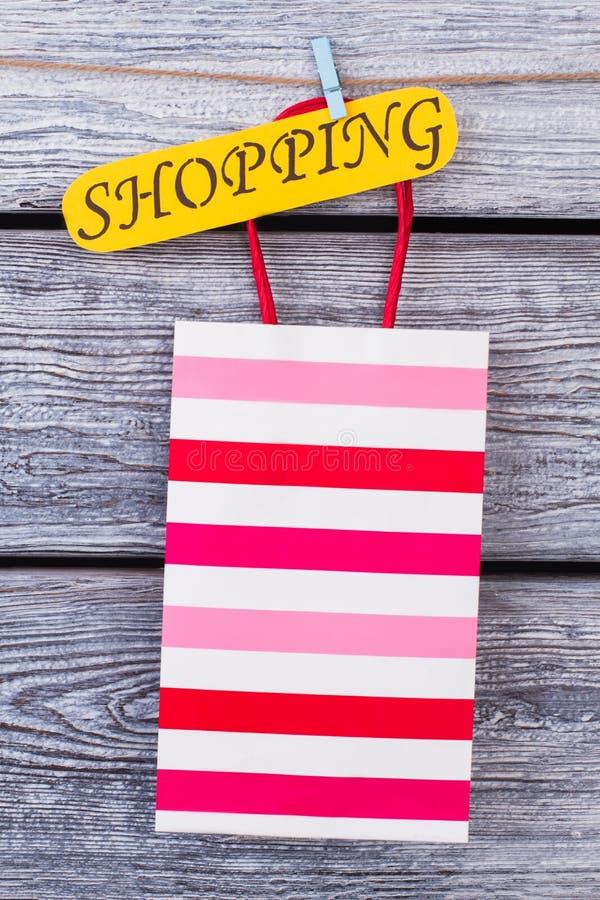Saco de compras colorido no fundo de madeira cinzento foto de stock royalty free