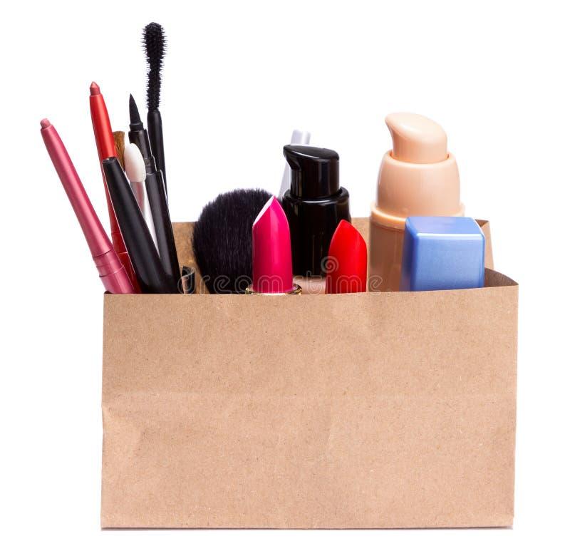 Saco de compras de papel completamente de cosméticos e de acessórios da composição fotografia de stock royalty free