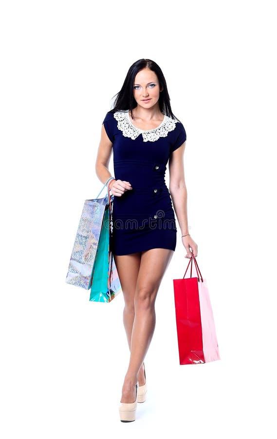 Saco de compras de sorriso feliz da posse da mulher Fêmea isolada sobre o fundo branco foto de stock royalty free