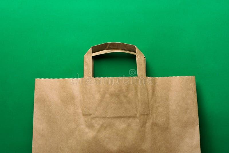 Saco de compras na mercearia do papel de embalagem de Brown no fundo verde natureza Plástico-livre da proteção ambiental das alte foto de stock