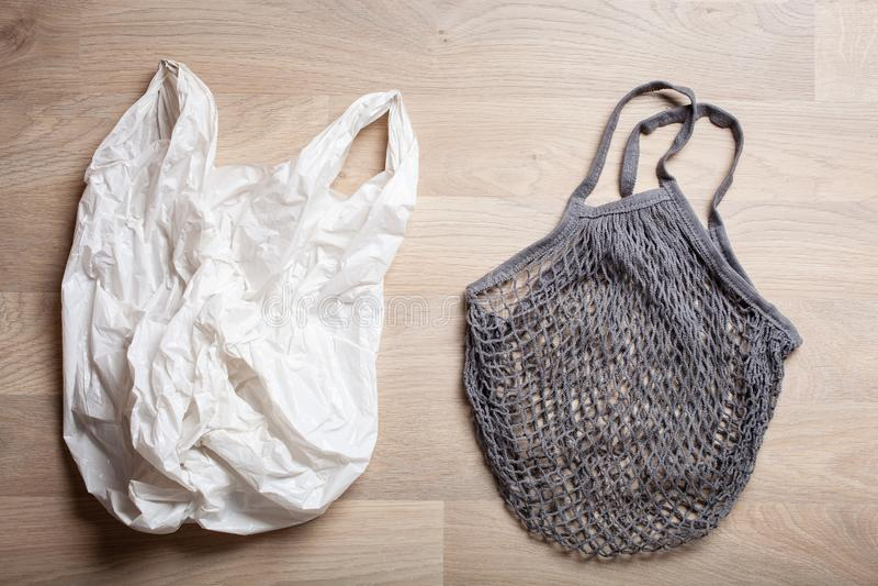 Saco de compras plástico e reusável do algodão da malha, conceito zero livre plástico do desperdício fotografia de stock royalty free