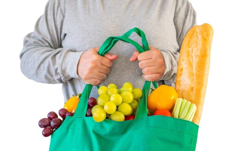 Saco de compras reusável da posse da mulher enchido com o produto fresco completo do mantimento das frutas e legumes imagens de stock royalty free