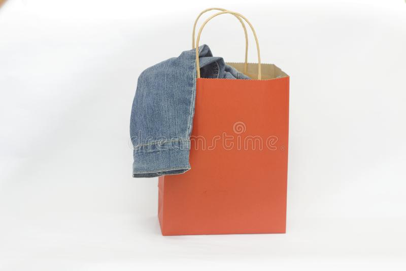 Saco de compras vermelho com o pano nele no fundo branco isolado fotos de stock