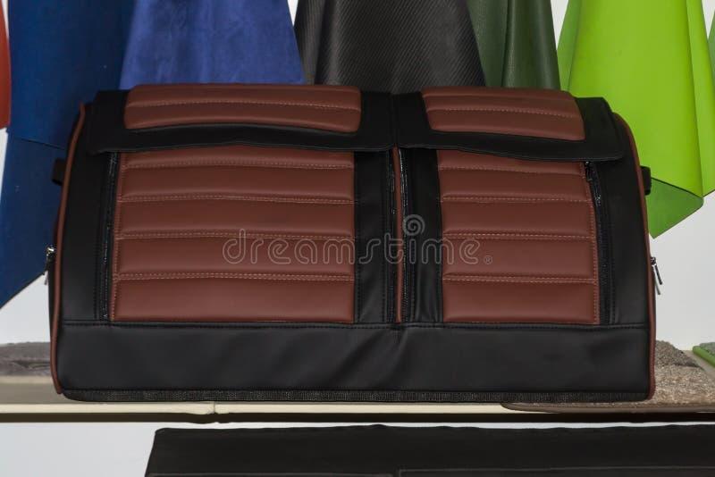 Saco de couro marrom e preto feito a mão do organizador para um tronco de carro f imagem de stock