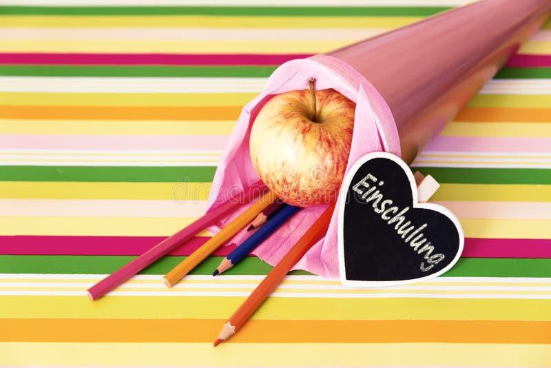 Saco de escola cor-de-rosa com texto alemão para o registro imagens de stock