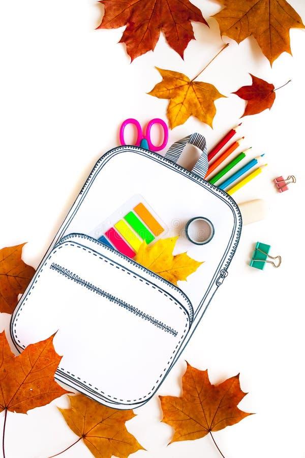 Saco de escola criativo feito do papel com artigos de papelaria da escola Fim acima imagem de stock
