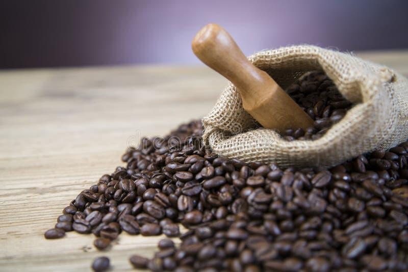 Saco de feijões de café na tabela de madeira imagens de stock royalty free