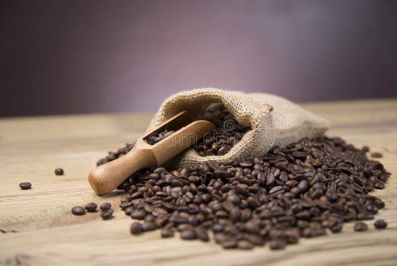 Saco de feijões de café na tabela de madeira fotos de stock royalty free