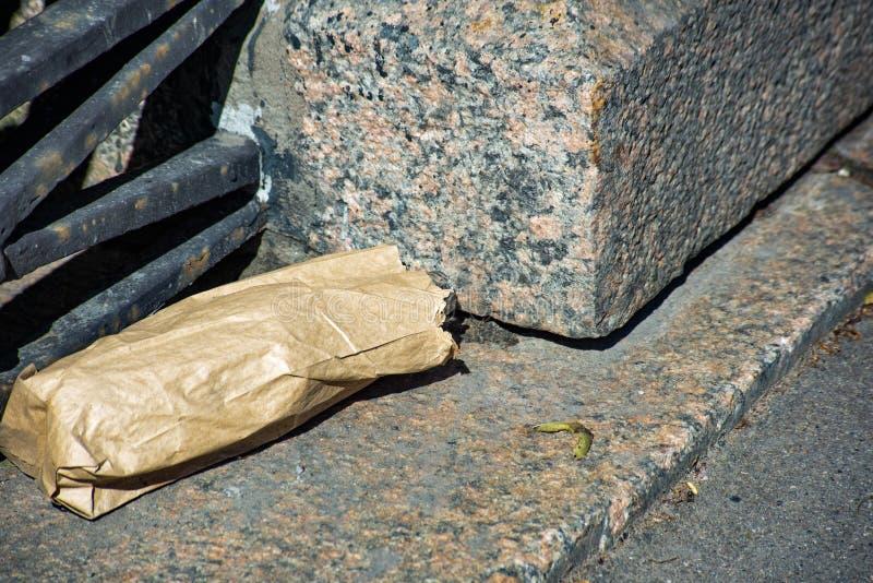 Saco de Kraft jogado na rua fotografia de stock royalty free