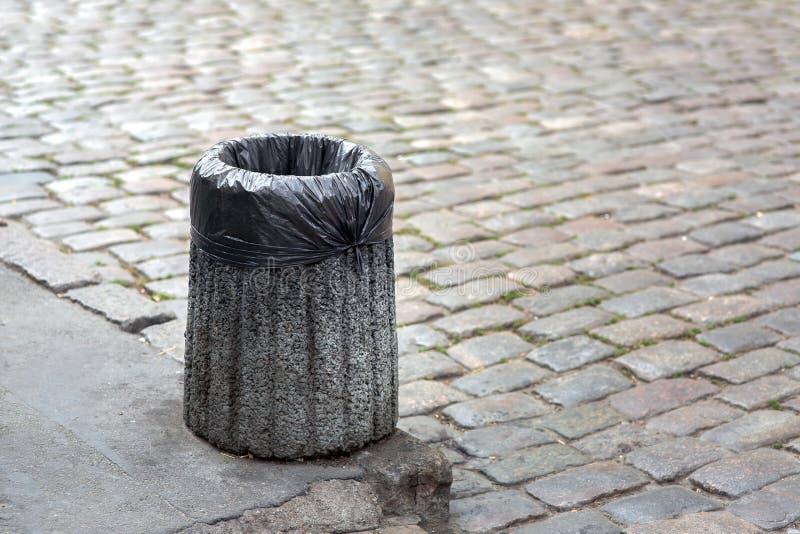 Saco de lixo em um escaninho concreto imagem de stock royalty free