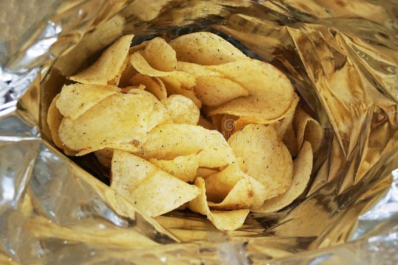 Saco de microplaquetas de batata ou de pacote de batatas fritas imagens de stock royalty free