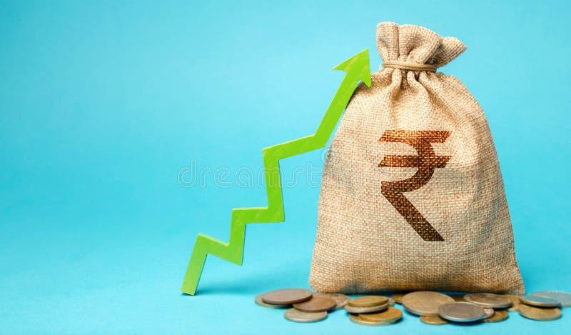 Saco de moeda com moedas e seta para cima O conceito de uma empresa bem-sucedida Aumentar lucros e capital Crescimento de Orçamen fotos de stock