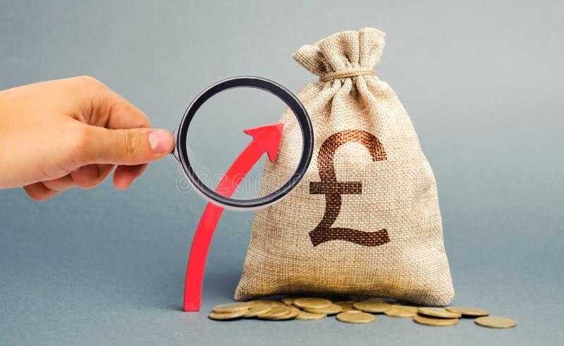 Saco de moeda com moedas e seta para cima O conceito de uma empresa bem-sucedida Aumentar lucros e capital Crescimento de Orçamen foto de stock