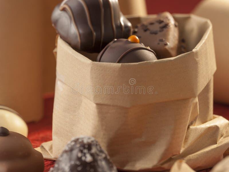 Saco de papel com chocolates decorativos fotos de stock royalty free