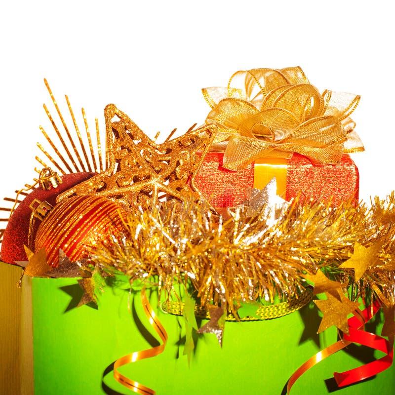 Saco de papel com material do Natal imagens de stock