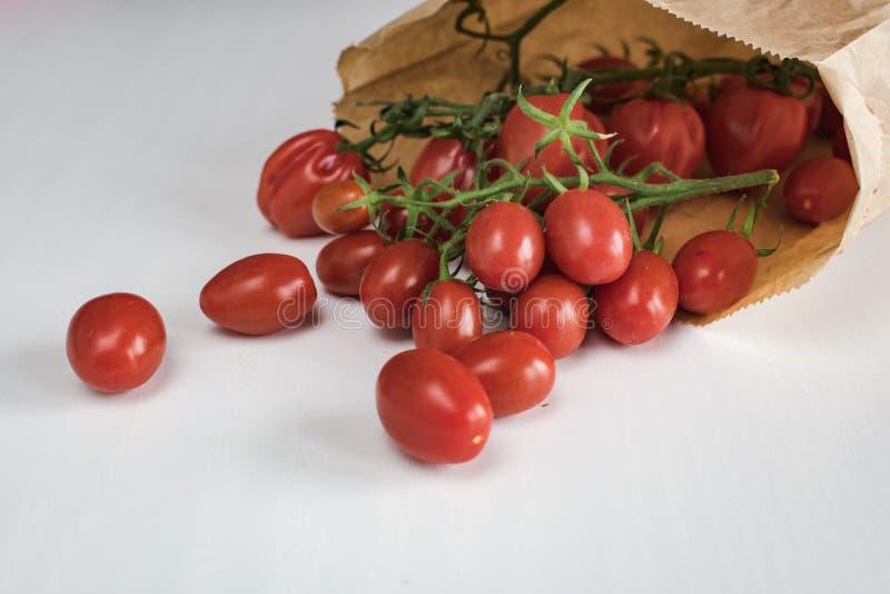 Saco de papel completamente de tomates de cereja imagem de stock