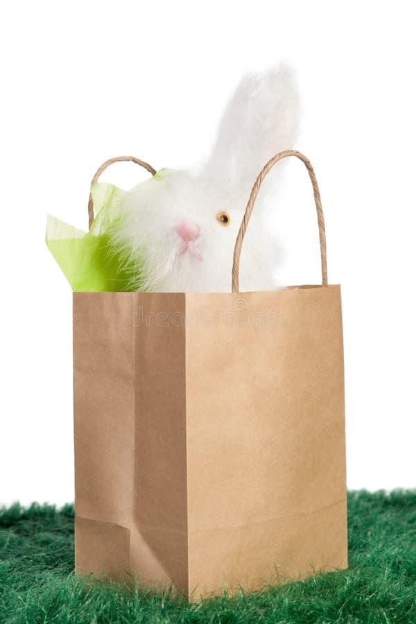 Saco de papel de Brown com coelhinho da Páscoa branco fotos de stock