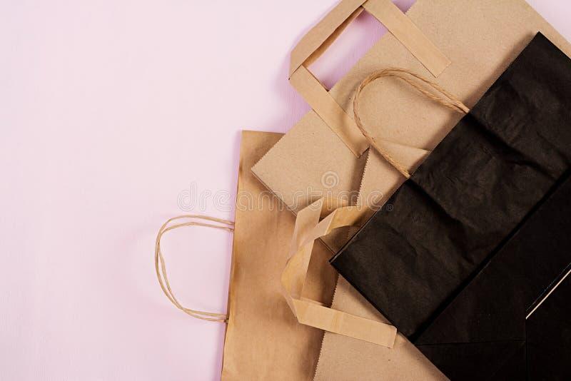 Saco de papel recicl?vel de Differents no fundo cor-de-rosa Eco que recicla o conceito Vista superior imagens de stock royalty free