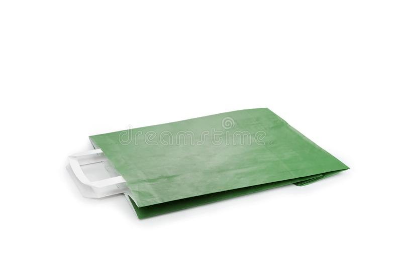 Saco de papel verde isolado no fundo branco foto de stock