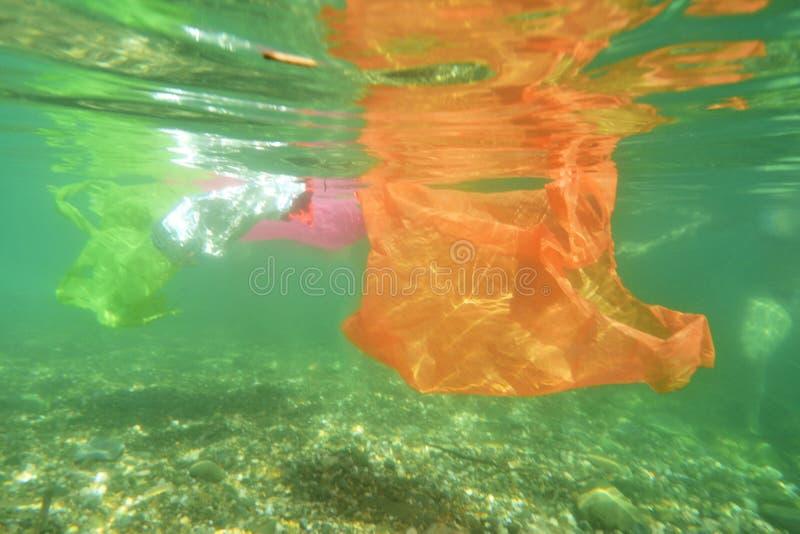 Saco de plástico que flutua no mar imagem de stock royalty free