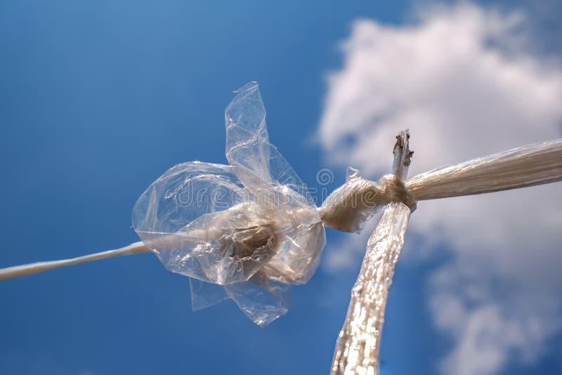 Saco de plástico torcido no céu azul fotografia de stock royalty free