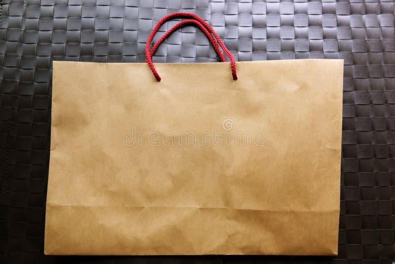 Saco de portador de papel marrom da placa com os punhos para comprar imagem de stock