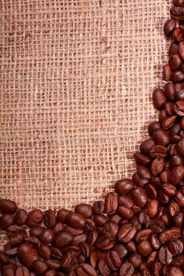 Saco de serapilheira com beira do feijão de café imagem de stock royalty free
