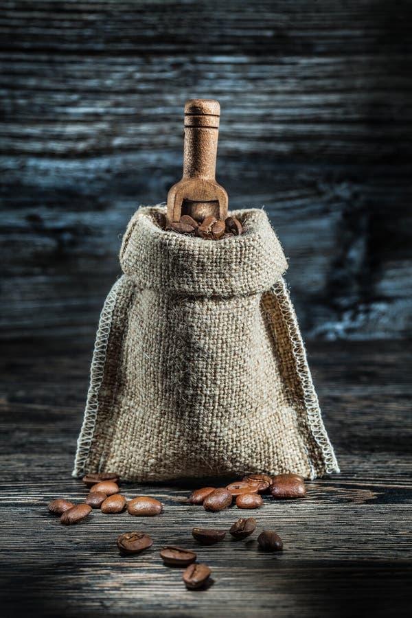 Saco del vintage de granos de café y de pequeña cucharada imagen de archivo libre de regalías