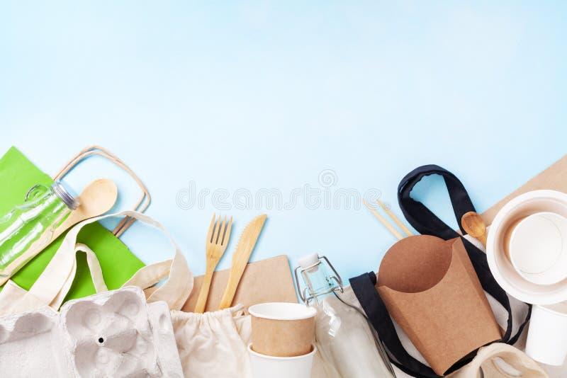 Saco do algodão, frasco de vidro e opinião superior reciclada dos utensílios de mesa Desperdício zero, eco amigável, conceito liv foto de stock royalty free