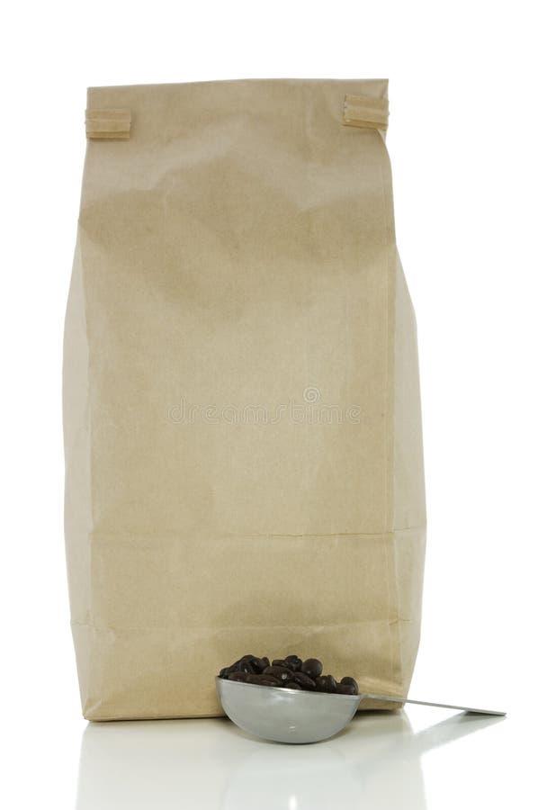 Saco do café e da colher no branco com trajeto de grampeamento fotos de stock