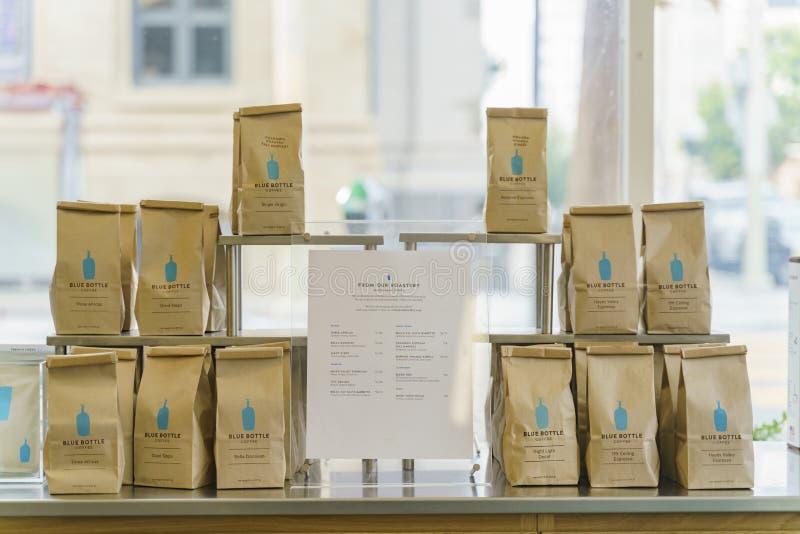 Saco do café do feijão inteiro do café azul famoso da garrafa foto de stock