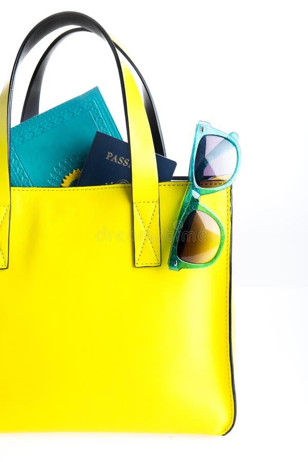 Saco do curso com passaporte, diário, e óculos de sol imagens de stock