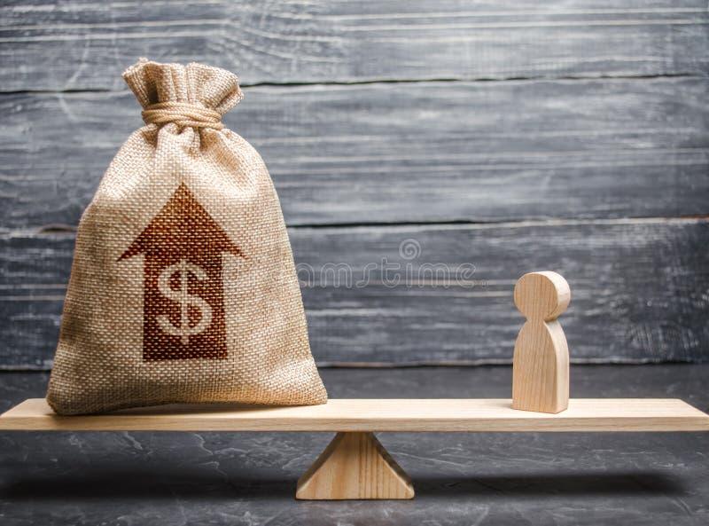 Saco do dinheiro com a estatueta acima da seta e do homem em escalas Critérios e exigências para aumentar o trabalho de um especi imagens de stock