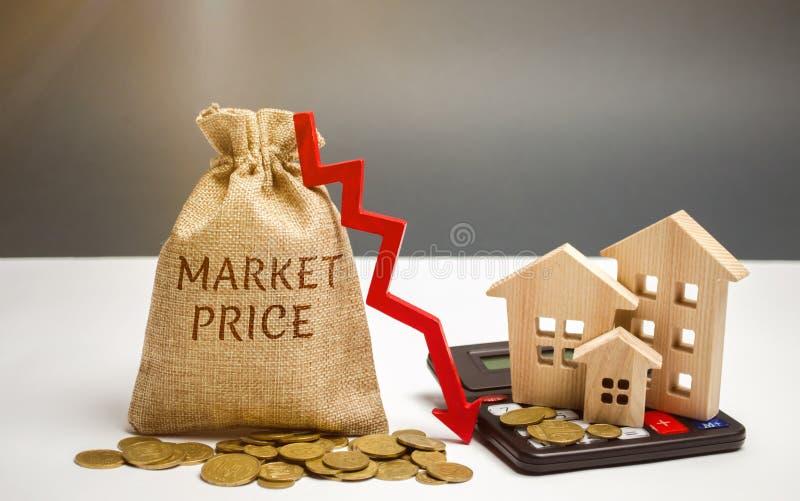 Saco do dinheiro com o preço de mercado da palavra e uma seta para baixo com uma calculadora e umas casas de madeira Preços de al fotos de stock royalty free