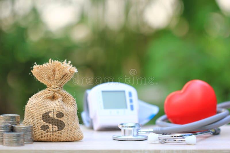 Saco do dinheiro com o tonometer médico para wi de medição da pressão sanguínea fotografia de stock royalty free
