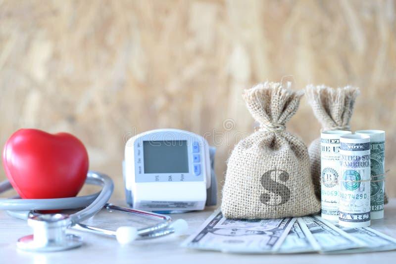Saco do dinheiro com o tonometer médico para wi de medição da pressão sanguínea fotografia de stock