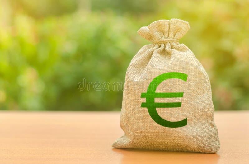 Saco do dinheiro com símbolo do Euro em um fundo da natureza Negócio, orçamento, transações financeiras Empréstimos e subsídios d foto de stock