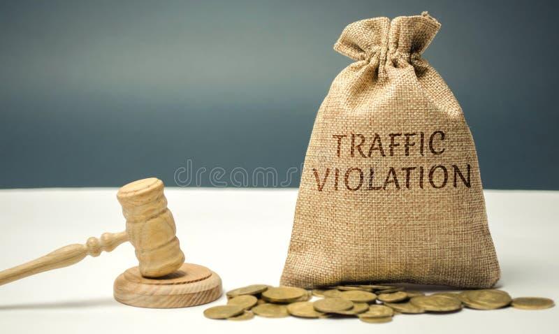 Saco do dinheiro com a violação de tráfego da palavra e o martelo do juiz lei corte Muito bem, emolumentos legais Bilhetes de trá imagem de stock royalty free