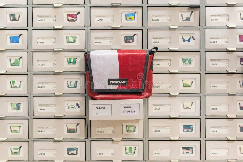 Saco do mensageiro de Freitag em um interior da loja imagens de stock