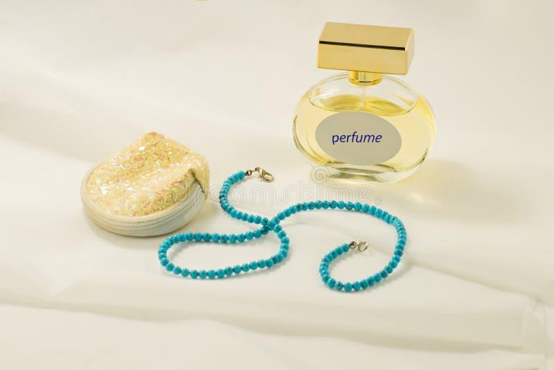 Saco do perfume, da joia e do cosmético Coisas das mulheres grânulos agulha fotografia de stock