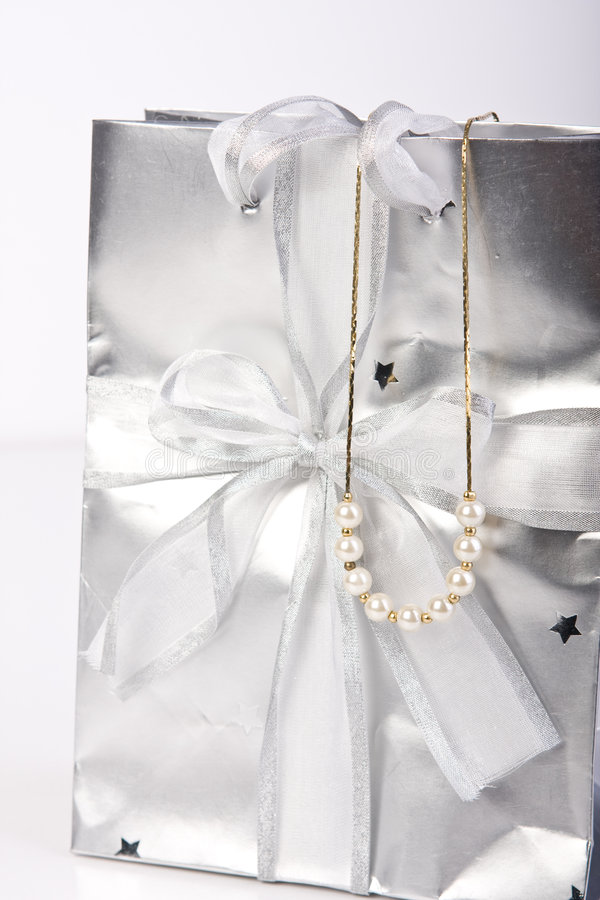 Saco do presente com jóia da pérola imagem de stock