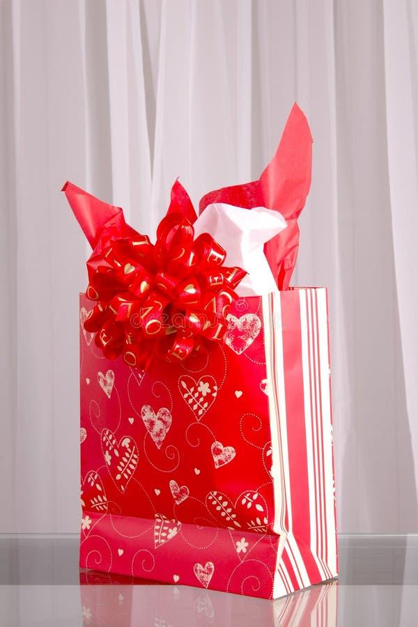 Saco do presente do Valentim imagem de stock
