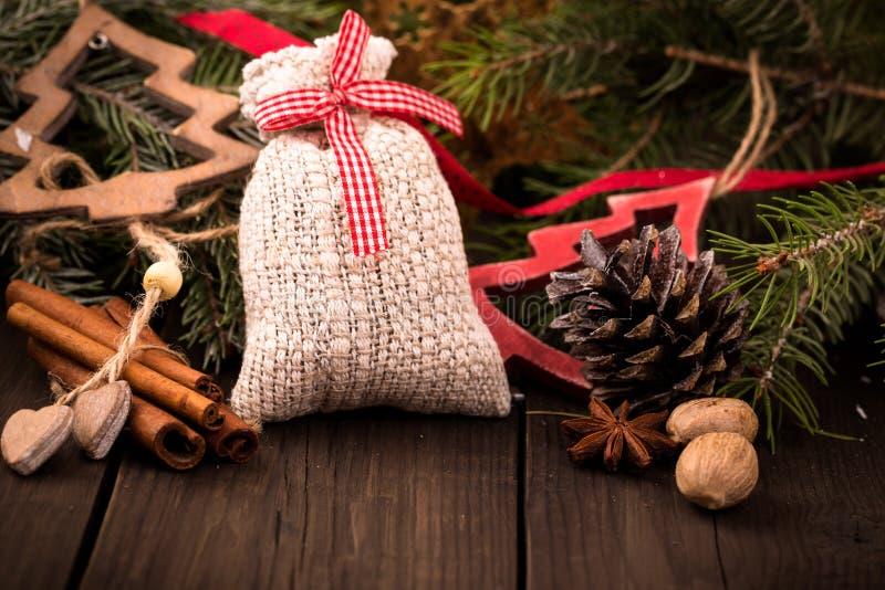 Saco do presente e outras decorações do Natal imagem de stock