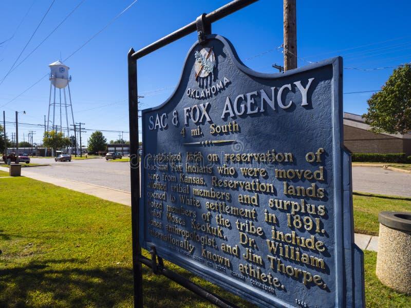 Saco do sinal e agência Oklahoma do Fox em Route66 - STROUD - OKLAHOMA - 16 de outubro de 2017 imagens de stock