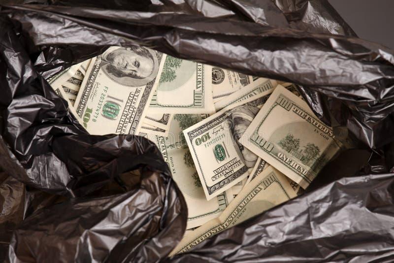 Saco dos desperdícios com dólares imagem de stock