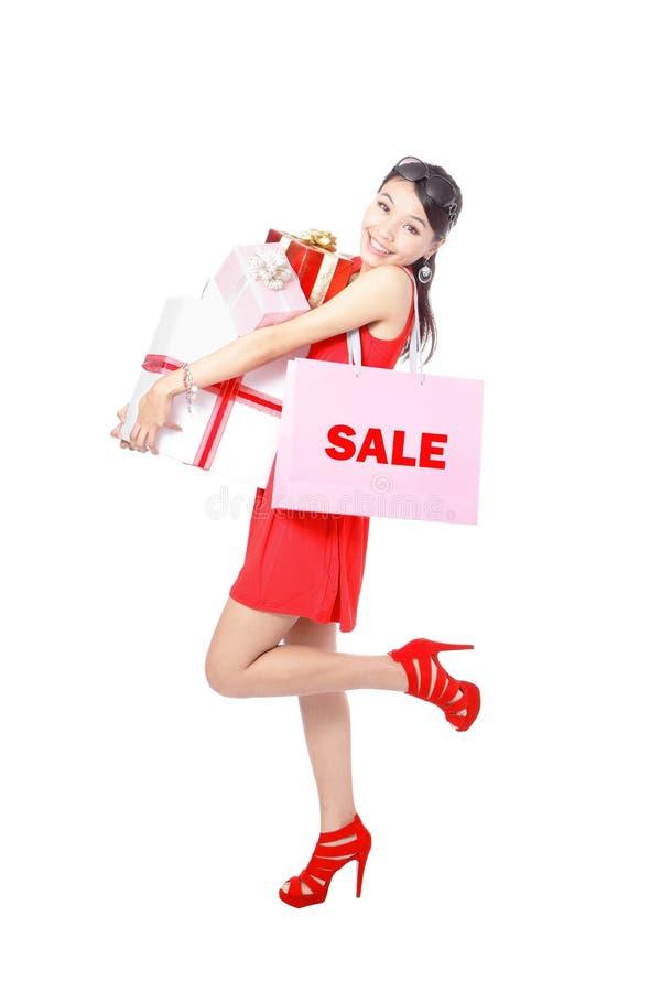 Saco e presente felizes de compra da tomada da mulher da compra imagens de stock