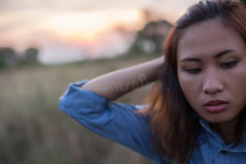 Saco levando da mulher dos viajantes nos pores do sol do campo fotografia de stock