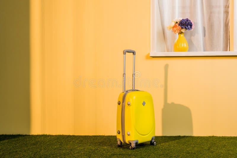 saco rodado amarelo no assoalho em casa, imagem de stock royalty free