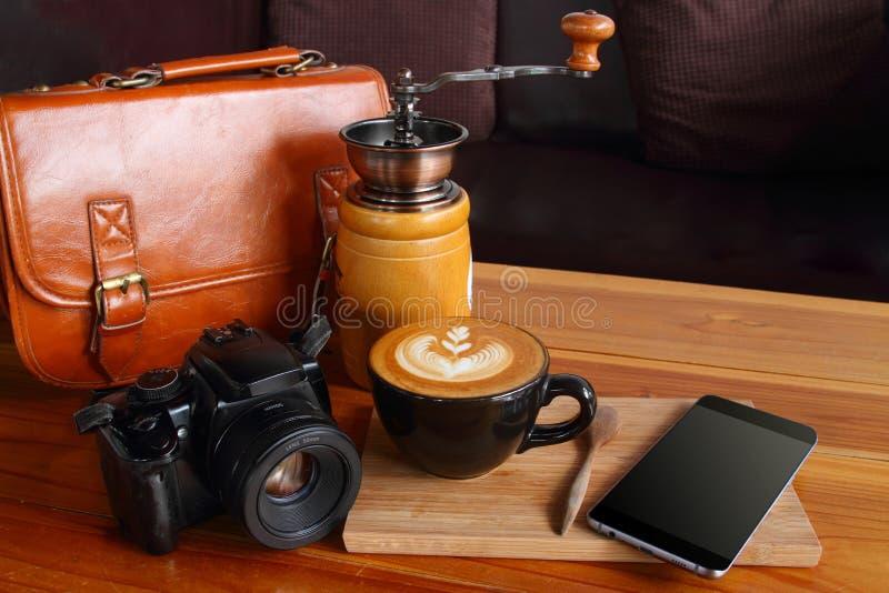 Saco, telefone, telefone, câmera, café marrom do vintage foto de stock
